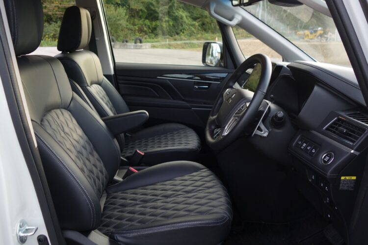 デリカD:5の前席。インパネやシートデザインは改良時に全面変更され、ラグジュアリー志向に
