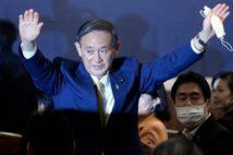 菅政権がコロナ不況下で「70歳就業法」の施行を強行するのか…(AFP=時事)