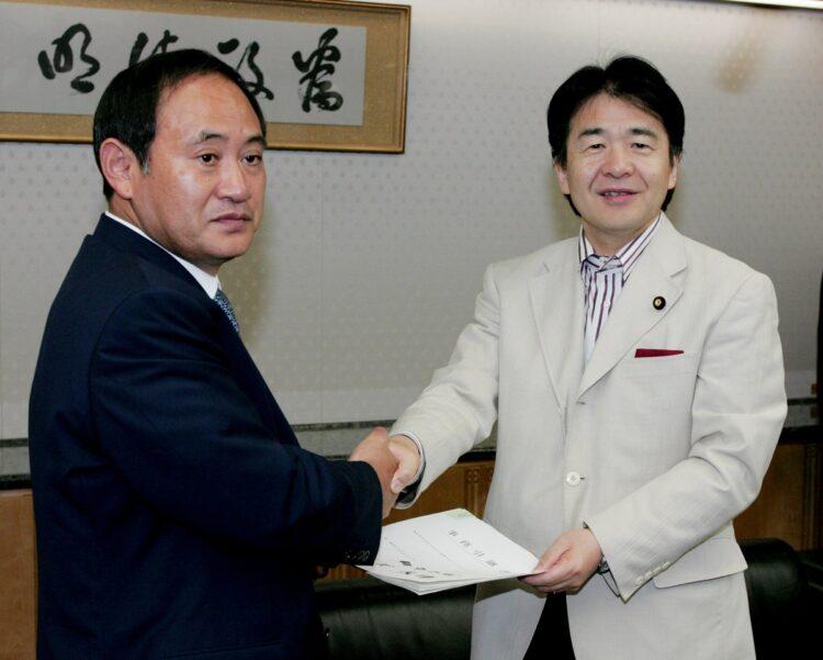 菅義偉氏と竹中平蔵氏の間柄とは(写真は2006年、時事通信フォト)