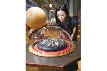 「巨大ダイヤモンド模型コレクション」(英国製)を見つめる壇蜜(空間・展示デザイン(C)UMUT works)