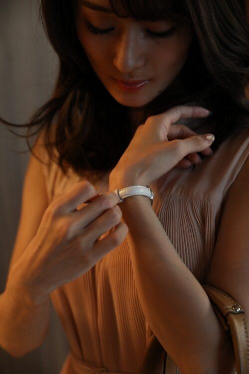 手首から指先まで、色を纏う