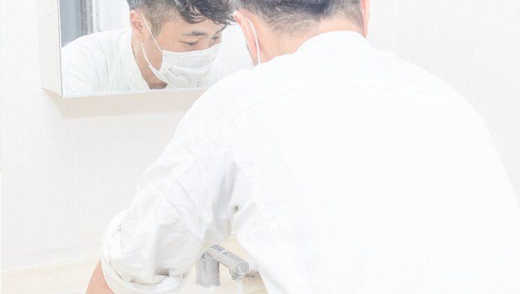清掃を行う入江さん(「ピカピカ」の公式HPより)