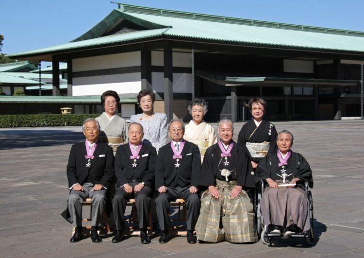 坂田藤十郎さんは人間国宝であり文化勲章受章者(前列右から2番め。2009年、時事通信フォト)