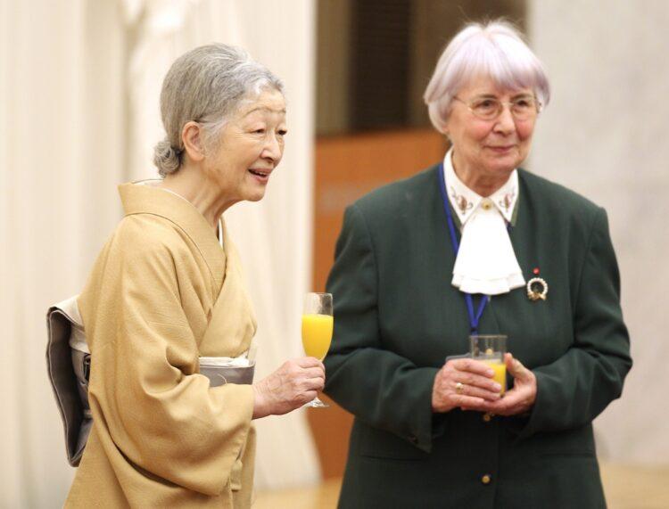 美智子さま(左)は、日本の『いのちの電話』創始者であるドイツ人宣教師のルツ・ヘットカンプさん(右)と交流が(時事通信フォト)