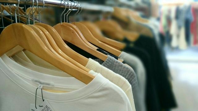 Tシャツやセーター類は素材や編み目の密度も重要(写真はイメージ)