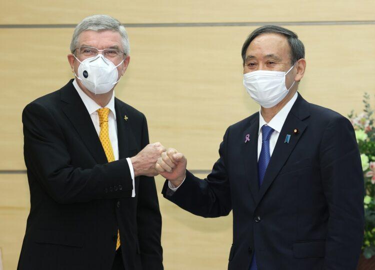 IOCのバッハ会長と会談した菅首相は来年の五輪開催に余裕の笑み(時事通信フォト)