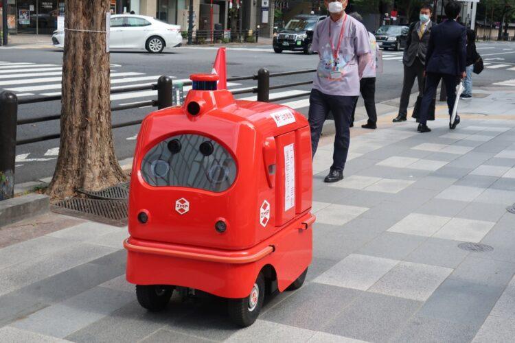 日本郵便が公道で行った「配送ロボット」の実証実験(時事通信フォト)