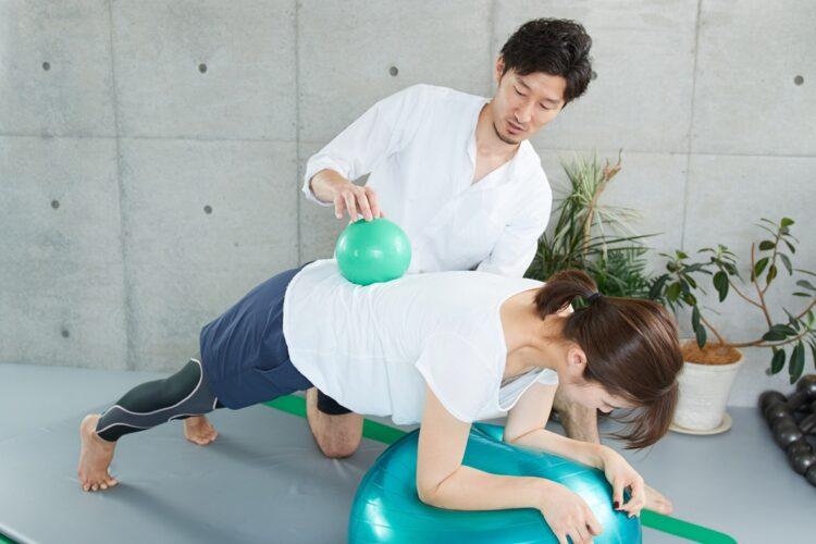 コロナ禍でパーソナルトレーナーによるトレーニングを受ける人が増えている