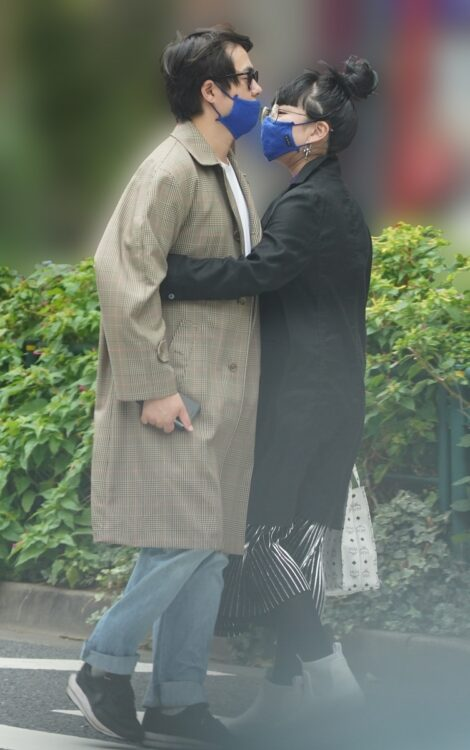 路上で抱き合う村本と松田