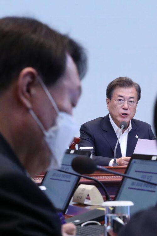 文在寅大統領と対立してきた尹錫悦検事総長(左手前)(EPA=時事)