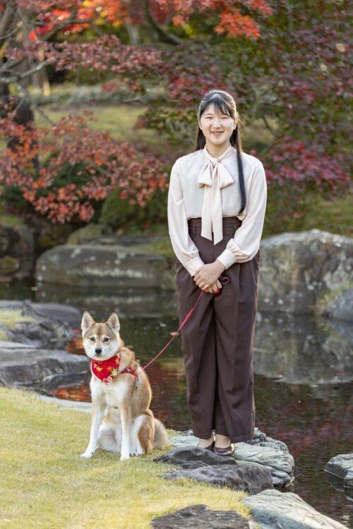 愛子さまが19才の誕生日に赤坂御用地にで笑顔をお見せになった