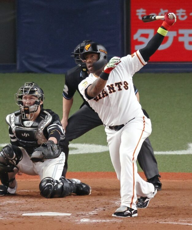 ウィーラーの残留が巨人にとっていかに心強いか(日本シリーズ第2戦での本塁打。時事通信フォト)