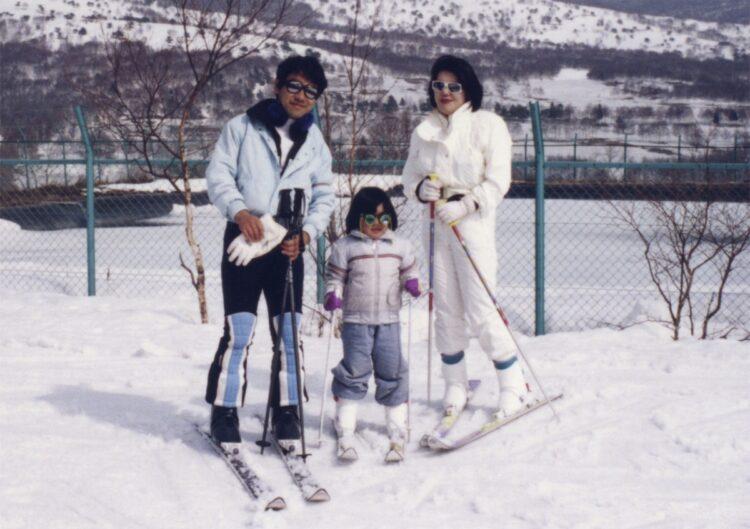 1998年、小学生の頃の小室さんと、両親(小室さん提供)