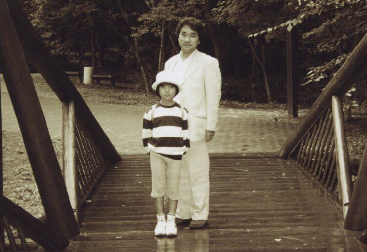 2001年、国立音楽大学附属小学校時代の小室さんと父・敏勝さん(小室さん提供)