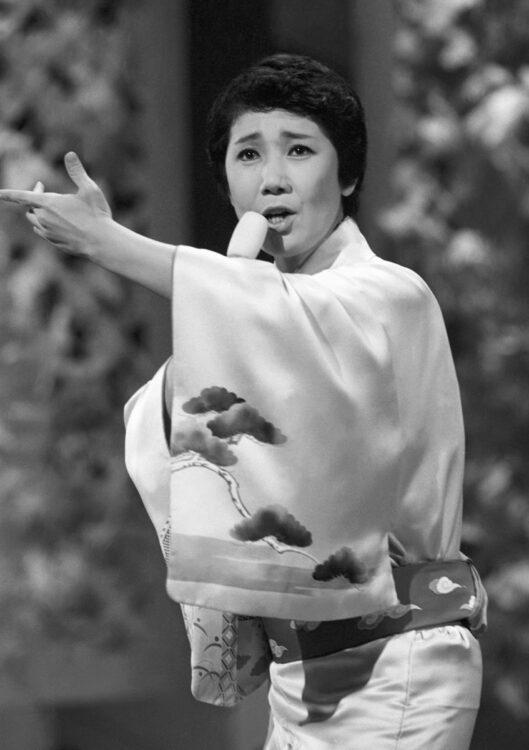 デビュー20周年時、トレードマークの着流し姿で歌う水前寺(昭和59年)