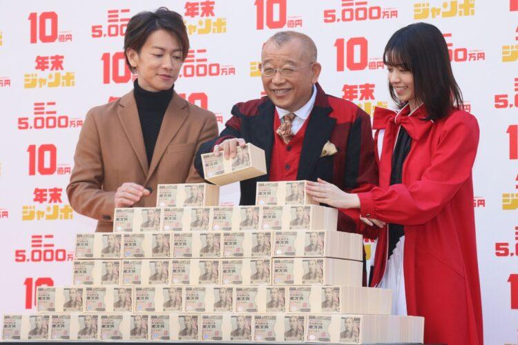 1等、前後賞合わせて10億円が当たる「年末ジャンボ宝くじ」(時事通信フォト)