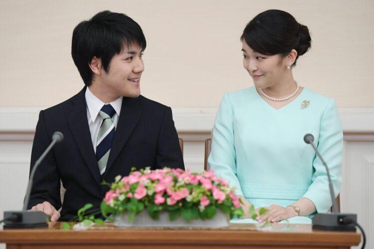 眞子内親王と小室氏の婚約内定記者会見(時事通信フォト)