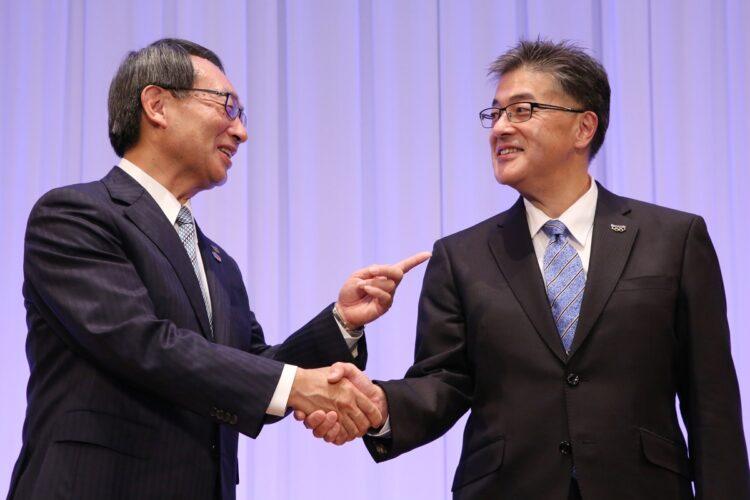パナソニックの社長交代会見で握手する津賀一宏社長(左)と次期社長に内定した楠見雄規氏(写真/共同通信社)