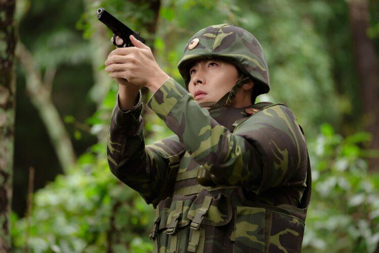 北朝鮮にパラグライダーで不時着した令嬢に銃を構える