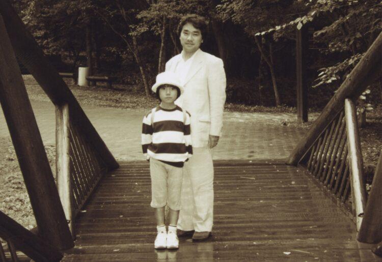 生前の敏勝さん(右)と小室さん(写真/小室さん提供)