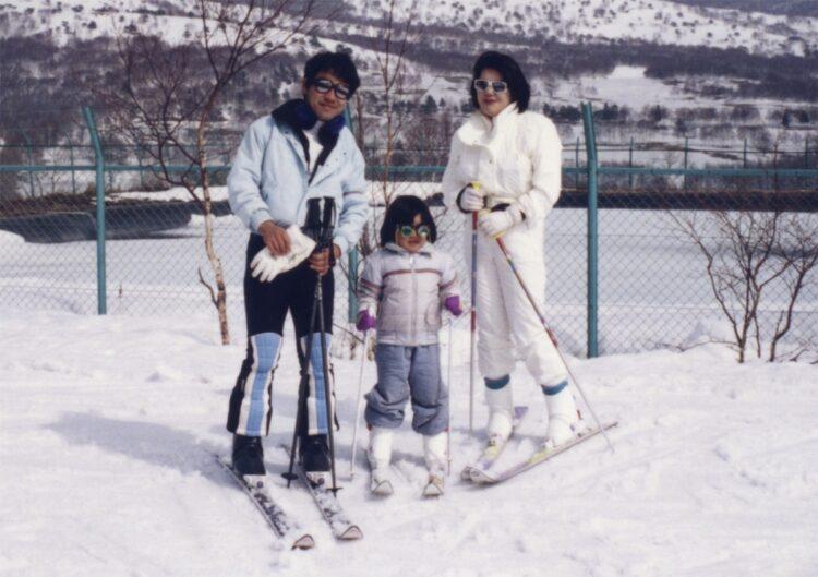 生前の敏勝さん(左)と小室さん(中央)、佳代さん