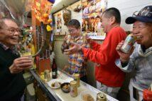 """〝昭ちゃん""""と慕われる店主(左)が醸し出す温かい空気が流れる店は、商店街の憩いの場だ"""
