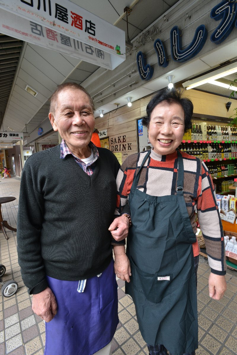 渡辺昭司さん(80歳)と妻の孝子さん(79歳)とのおしゃべりを楽しみに通う常連が多い