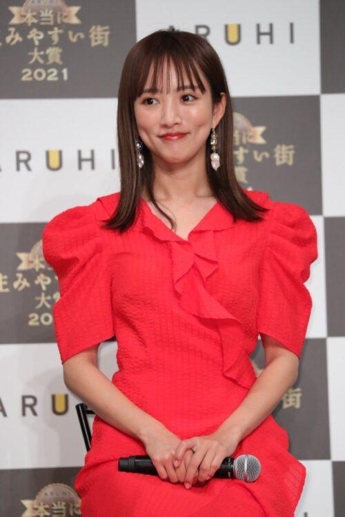 真っ赤なドレス姿が麗しい夏菜