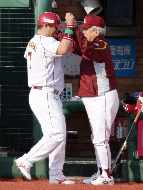 山崎武司氏(左)と野村監督(時事通信フォト)