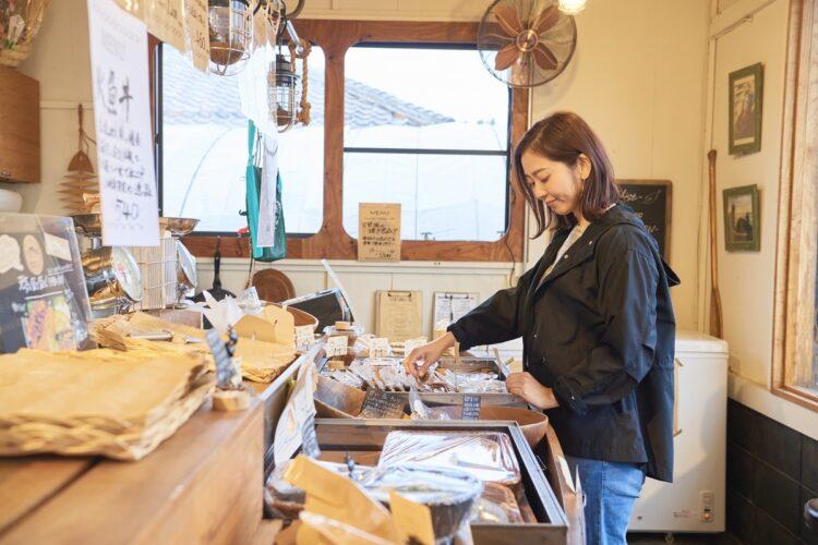伝統の発酵食品が買えるほか、漁体験も