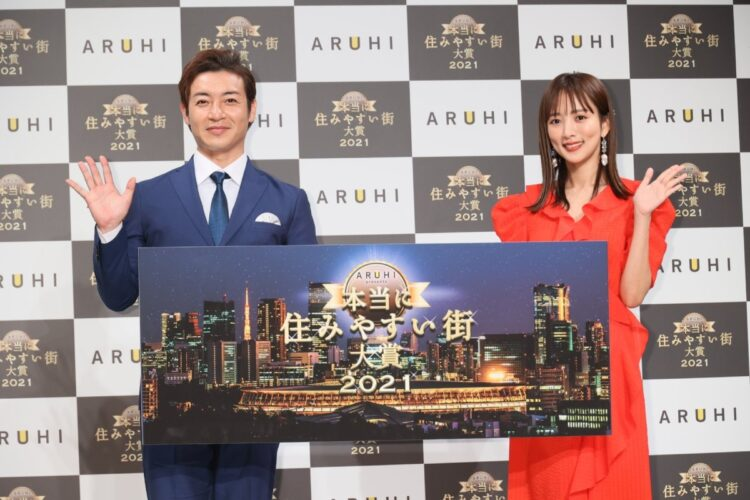 『ARUHI presents 本当に住みやすい街大賞 2021』に登場したつるの剛士と夏菜