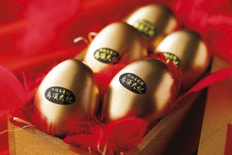 黄金色に輝く烏骨鶏の燻製卵