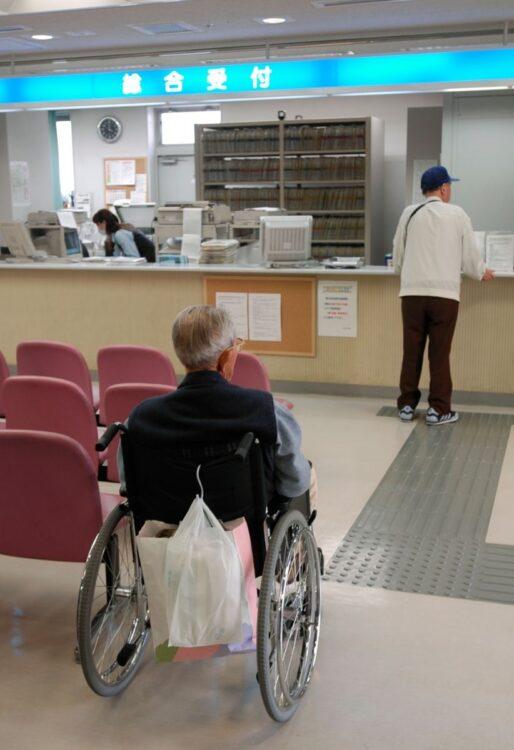 病院に外国人患者が押しかければ未知の細菌に触れるリスクも増える(時事)