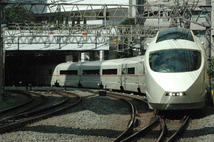 新宿駅を出発する小田急ロマンスカー50000形VSE