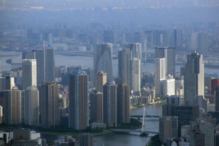 東京・中央区に建ち並ぶタワマン群(時事通信フォト)