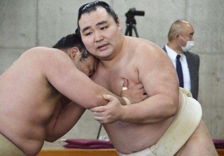横綱・鶴竜は昨年12月にようやく帰化が認められたが…(写真/共同通信社)