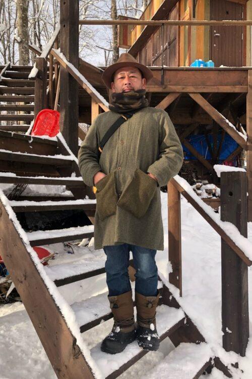藤村忠寿氏(北海道赤平市の森に建てた『水曜どうでしょうハウス』前にて)