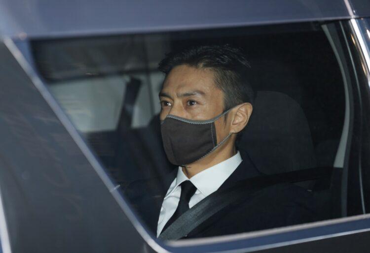 保釈され、警視庁東京湾岸署を出る俳優の伊勢谷友介被告(時事通信フォト)