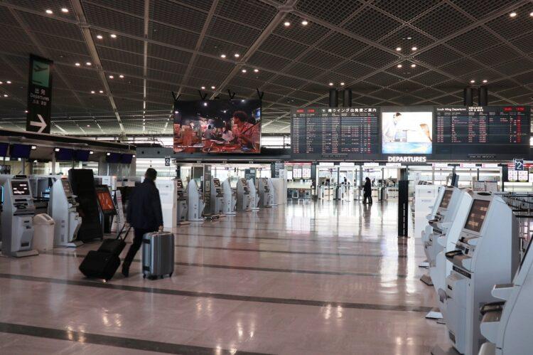 閑散とした成田空港第1ターミナルの出発フロア(写真は12月26日、時事通信フォト)