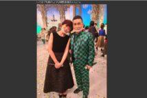 『鬼滅の刃』の竈門炭治郎のような緑の市松模様の衣装をまとった角川博(公式ブログより。左は神野美伽)