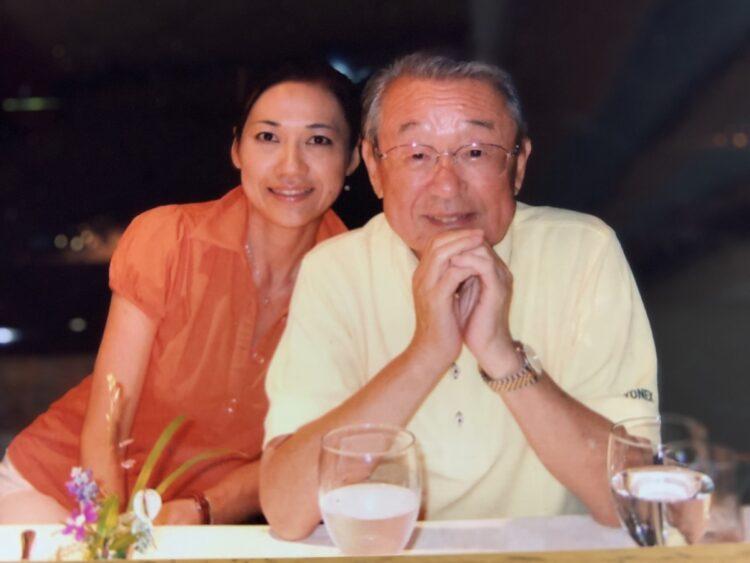 息子の誕生日旅行でリラックスした様子の山本文郎さんと妻の由美子さん。撮影は息子が担当