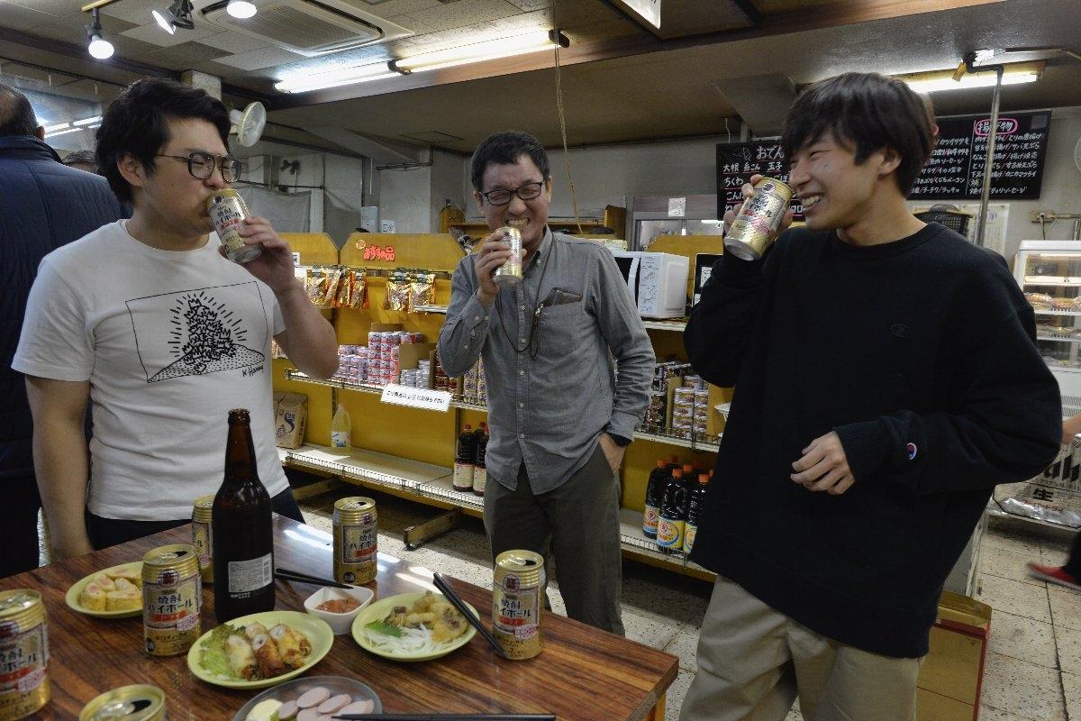 「伸び伸び飲めて、酒を楽しめる」とさまざまな世代の客が寛ぐ