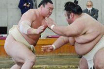 白鵬(左)はコロナでいよいよ土俵際、貴景勝(右)は綱取りに追い風(時事)
