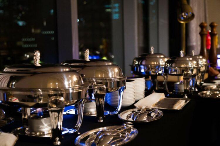多くのホテルで中止されたブッフェスタイルの食事