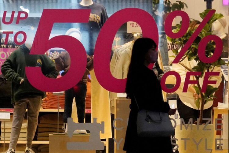 2021年のアパレル業界は低価格競争がますます加速する(時事通信フォト)