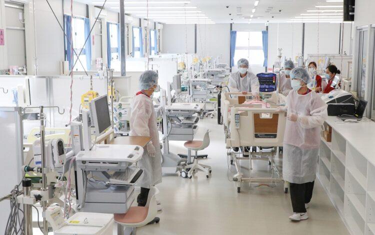 「大阪コロナ重症センター」で研修する看護師ら(時事通信フォト)