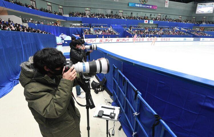 新型コロナウイルス感染症対策で、距離を取って取材するカメラマンたち。2020年12月全日本フィギュア(時事通信フォト)
