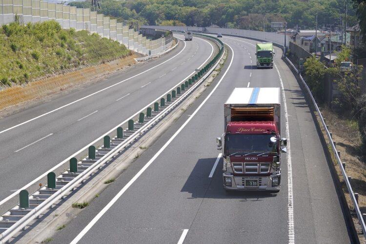 緊急事態宣言下でも輸送トラックは物流を支え続けていた(イメージ、時事通信フォト)