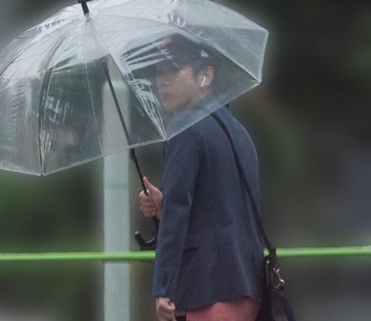 ビニール傘を指す二宮和也(2018年9月)
