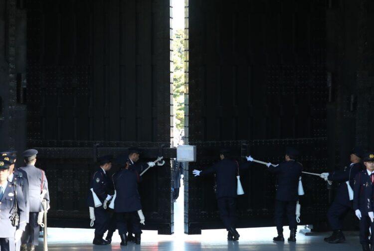 通常は正門を使用するのは天皇皇后両陛下(時事)